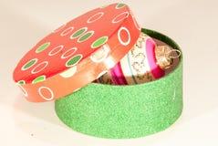 Boîte ronde avec la boule de décor d'arbre de Noël Photographie stock