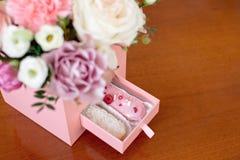 Boîte rose carrée de fleur avec des sucreries des roses fraîches NAD Image stock