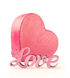 Boîte rose dans la forme de coeur avec amour de mot Photo stock