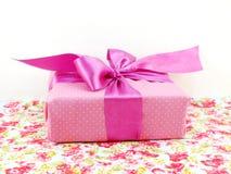 Boîte rose de GIF de point de polka avec l'arc rose photo stock