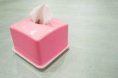 Boîte rose de tissu sur une table verte photo libre de droits