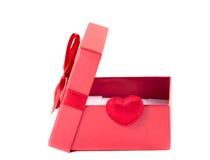 Boîte rouge avec le couvercle ouvert avec un ruban Photographie stock libre de droits