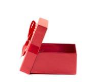 Boîte rouge avec le couvercle ouvert avec un ruban Image stock