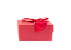 Boîte rouge avec un ruban avec le coeur Images stock
