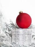 Boîte rouge d'argent d'ornement de Noël image stock