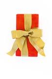 Boîte rouge de cadeau avec le ruban d'or et arc d'isolement Photographie stock