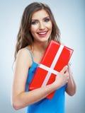 Boîte rouge de giet de prise de femme de sourire de jeunes avec le ruban blanc. Photos stock