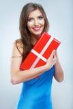 Boîte rouge de giet de prise de femme de sourire de jeunes avec le ruban blanc Photos stock