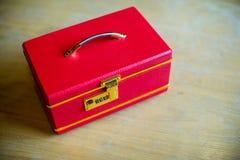 Boîte rouge de luxe de poignée sur la table en bois Boîte à bijoux Boîte rouge image pour le fond, Photographie stock libre de droits