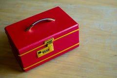 Boîte rouge de luxe de poignée sur la table en bois Boîte à bijoux Boîte rouge image pour le fond, Image libre de droits