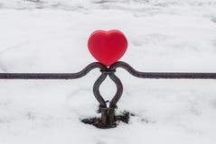 Boîte rouge en forme de coeur sur la barrière Photographie stock libre de droits
