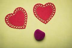 Boîte rouge pour des bijoux avec un coeur à l'intérieur sur un fond jaune Images libres de droits