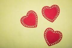 Boîte rouge pour des bijoux avec un coeur à l'intérieur sur un fond jaune Photo libre de droits