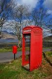 Boîte rouge rurale de téléphone dans le paysage scotish Photo libre de droits