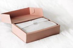 Boîte s'ouvrante de achat en ligne sur un fond blanc photographie stock