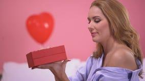 Boîte s'ouvrante de belle dame enthousiaste avec l'anniversaire de célébration actuel précieux banque de vidéos