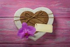 Boîte sous forme de coeur et orchidée Photo stock