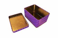 Boîte vide en métal avec le couvercle, d'isolement sur le fond blanc, rendu 3D Photographie stock libre de droits