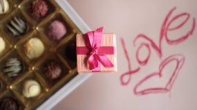 boîtes à bonbons au chocolat et boîtes de bijoux, écrites l'amour et le coeur Image libre de droits
