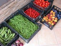 Boîtes à fruits et légumes images libres de droits