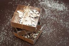Boîtes actuelles de papier brun avec l'arc, sur le fond brun Concept de Cristmas Photos stock