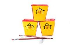 Boîtes asiatiques à aliments de préparation rapide sur le blanc Photographie stock