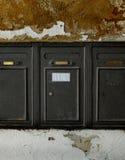Boîtes aux lettres âgées en métal sur le vieux mur en pierre. Photo libre de droits