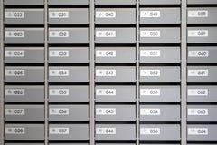 Boîtes aux lettres dans l'appartement avec les nombres photos libres de droits