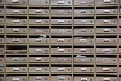 Boîtes aux lettres dans le logement modèle en bois de boîte aux lettres avec le centre verrouillable dans le logement photographie stock