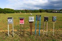 Boîtes aux lettres dans un pré Photos stock