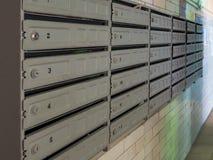 Boîtes aux lettres de bloc dans l'entrée d'un vieil immeuble En prévision de la réception de la correspondance photographie stock libre de droits