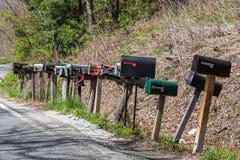 Boîtes aux lettres des USA sur les poteaux en bois image libre de droits