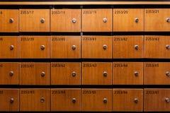 Boîtes aux lettres en bois avec des nombres Photos stock