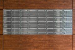 Boîtes aux lettres en métal dans une maison de bloc Photos stock