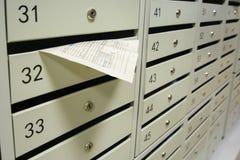 Boîtes aux lettres et reçu pour le paiement des services photographie stock libre de droits