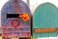 Boîtes aux lettres grunges de pavot de Californie le long de l'itinéraire Pacifique 1 de route Photo libre de droits