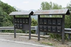 Boîtes aux lettres installées sur la route photographie stock