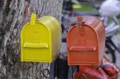 Boîtes aux lettres jaunes et rouges Photos libres de droits