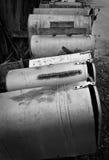 Boîtes aux lettres rustiques rurales sur une route de campagne Photos stock