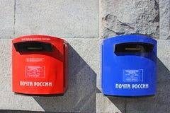 Boîtes aux lettres sur un mur gris Image libre de droits