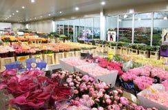 Boîtes avec des fleurs sur le marché de fleuriste Images stock