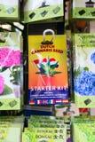 Boîtes avec des graines de cannabis à vendre sur un marché à Amsterdam Photographie stock libre de droits