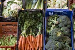 Boîtes avec des légumes à une stalle du marché images stock