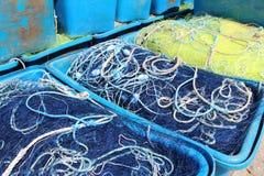 Boîtes avec le filet de pêche Image stock