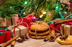Boîtes avec les cadeaux, biscuits de pain d'épice sous le pin de Noël Images libres de droits
