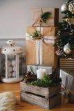 Boîtes avec les cadeaux et l'unerneath de présents l'arbre de Noël, pièce de conception moderne de style de grenier en couleurs l images libres de droits