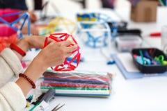 Boîtes colorées avec les bandes de papier, les inventions et la créativité pour c photo stock