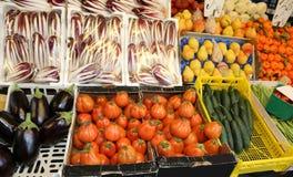 Boîtes complètement de fruits frais et de légumes au marché Image libre de droits