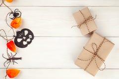 Boîtes décoratives de goft de guirlande et de métier de Halloween Décorations de Halloween La configuration plate, concept à la m Image libre de droits