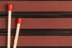 Boîtes d'allumettes et match deux rouges image stock